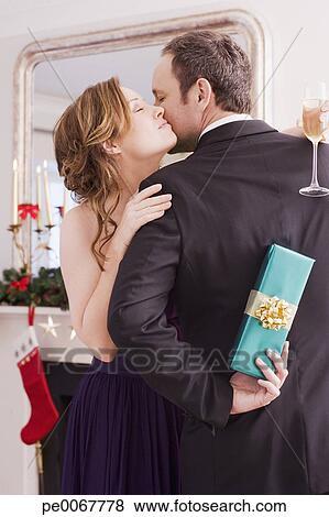 Bilder frau umarmen mann halten weihnachtsgeschenk - Weihnachtsgeschenk ehefrau ...