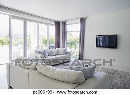 Immagine divano e televisione in soggiorno di for Cerca permesso di soggiorno
