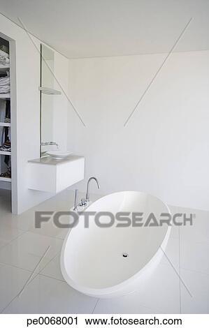 banques de photographies sombrer et baignoire dans moderne salle bains pe0068001. Black Bedroom Furniture Sets. Home Design Ideas