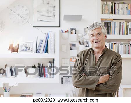 Banco de fotograf as hombre sonriente con armamentos for Ministerio de interior en ingles