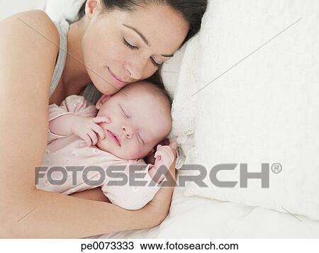 banque de photo m re b b dormir dans lit pe0073333 recherchez des images des. Black Bedroom Furniture Sets. Home Design Ideas
