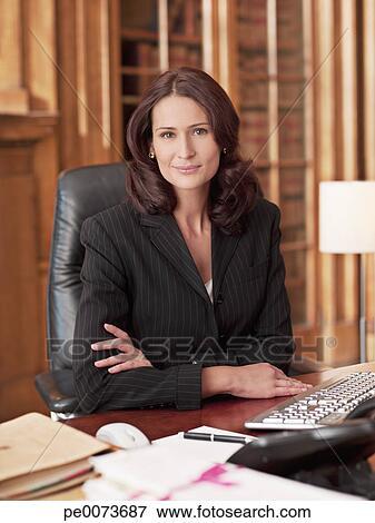 image sourire avocat dans bureau pe0073687 recherchez des photos des images des. Black Bedroom Furniture Sets. Home Design Ideas