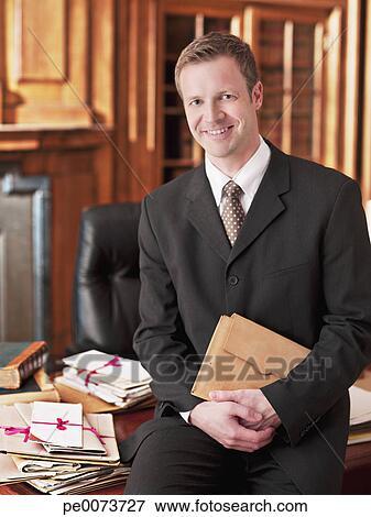 image sourire avocat pencher bureau dans bureau pe0073727 recherchez des photos des. Black Bedroom Furniture Sets. Home Design Ideas