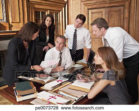 Immagini avvocati lavorare scrivania in ufficio for Scrivania avvocato