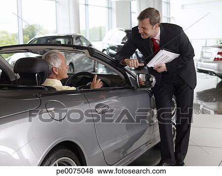 images vendeur parler homme dans cabriolet dans automobile salle exposition pe0075048. Black Bedroom Furniture Sets. Home Design Ideas