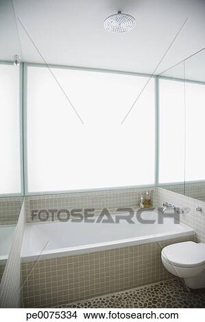 banque de photo moderne toilette et baignoire dans l gant blanc salle bains pe0075334. Black Bedroom Furniture Sets. Home Design Ideas