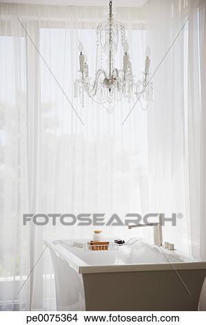stock foto - elegante, kronleuchter, und, modernes, badewanne, in, Hause ideen