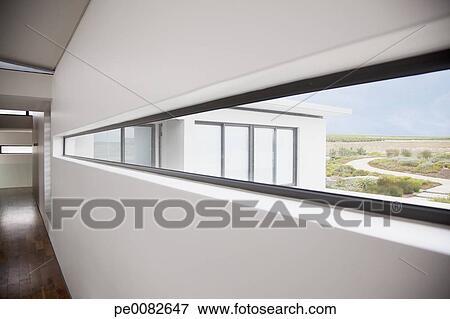 Image vue depuis long fen tre dans moderne maison pe0082647 recherc - Fenetre moderne maison ...