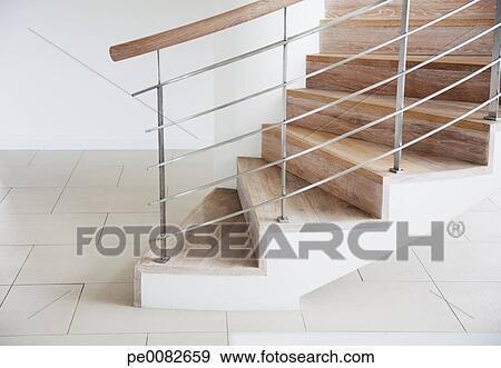 banque de photographies bois escalier et balustrade dans moderne maison pe0082659. Black Bedroom Furniture Sets. Home Design Ideas