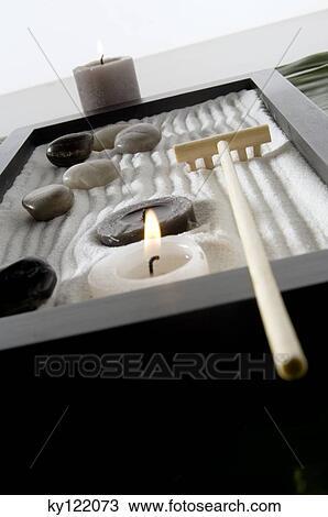 banque de photo bougies peebles et r teau dans zen jardin gros plan ky122073. Black Bedroom Furniture Sets. Home Design Ideas