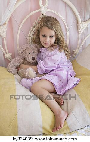 Stock fotograf niedlich kleines m dchen sitzen mit teddyb r bett ky334039 suche stock - Kleine teen indelingen meisje ...