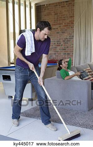 Bild mann putzen boden mit a wischmop und seine for Boden putzen