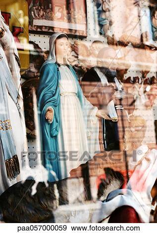 stock fotograf statue von jungfrau maria hinter glas. Black Bedroom Furniture Sets. Home Design Ideas