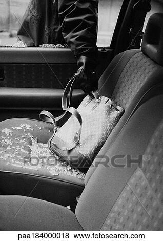 images voleur voler sac depuis voiture gros plan b w paa184000018 recherchez des. Black Bedroom Furniture Sets. Home Design Ideas