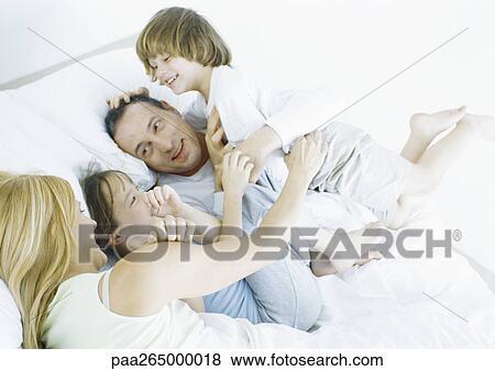 Immagini genitori con figlia figlio letto sorridente - A letto con mio figlio ...