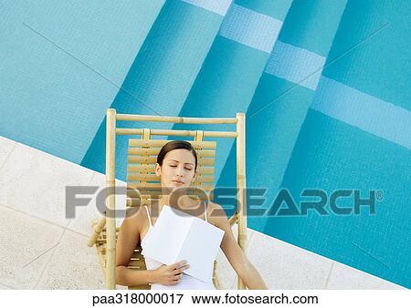Image femme dormir dans chaise salon bord de for Dormir dans le salon