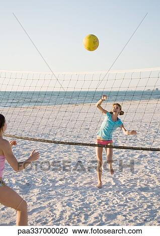 Girls Playing Beach Volleyball Foto de stock - Getty Images