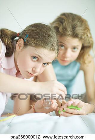 Banco de Imagem - preteen, meninas, toenails pintura. Fotosearch ...