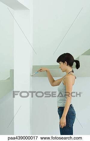 image femme mur peinture pinceau paa439000017. Black Bedroom Furniture Sets. Home Design Ideas