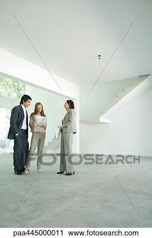banques de photographies femme agent immobilier debout dans vide int rieur maison. Black Bedroom Furniture Sets. Home Design Ideas