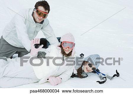 Stock foto groep van jonge vrienden playfighting in sneeuw tiener meisje zwaaiende - Foto tiener ruimte meisje ...