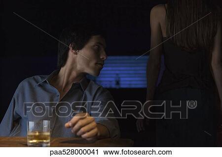 Masa oturan adam ve bakıyor arkadaki bakış yüzünden duran
