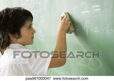 Foto ni o peque o borrar aula pizarra paa567000047 - Foto nino pequeno ...