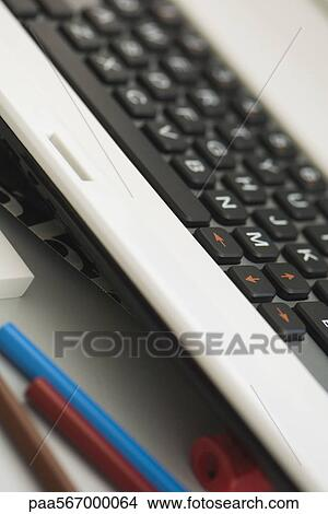 Colecci n de foto ordenador teclado y l pices de color - Foto teclado ordenador ...