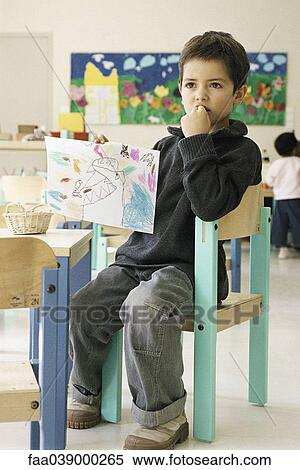 Archivio immagini ragazzo tenere disegno classe for Stanza ragazzo