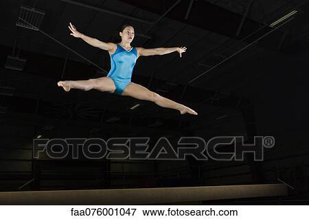 Gymnaste adolescent libre nue