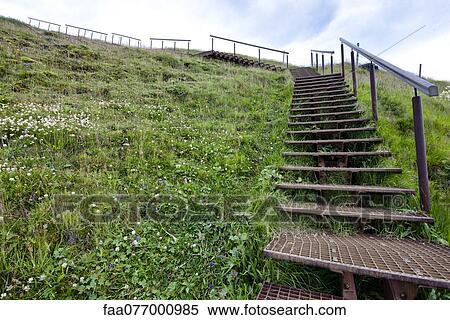 Stock afbeelding trap leidinggeven op de helling om te skogafoss waterval ijsland - Trap in een helling ...
