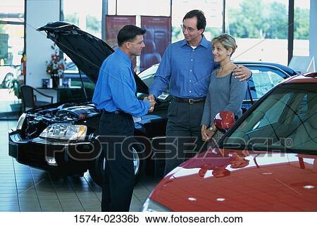banques de photographies mi couples adulte parler a vendeur voiture dans voiture salle. Black Bedroom Furniture Sets. Home Design Ideas