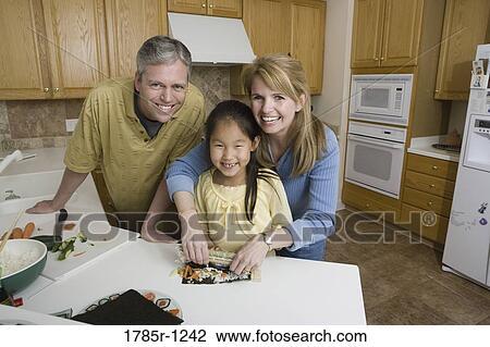 Banque de photo portrait de a famille dans cuisine for Confection cuisine