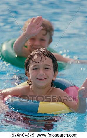 stock fotograf zwei jungen tragen schl uche in a schwimmbad 1574r 04379 suche stock. Black Bedroom Furniture Sets. Home Design Ideas