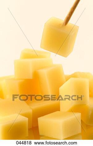 Image - cubes, de, Gruyère, fromage. Fotosearch - Recherchez des Photos, des Images, des Photographies et des Images Cliparts