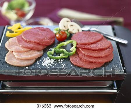 banque de photo pierrade cuisine pierre cru biftecks 075363 recherchez des images. Black Bedroom Furniture Sets. Home Design Ideas
