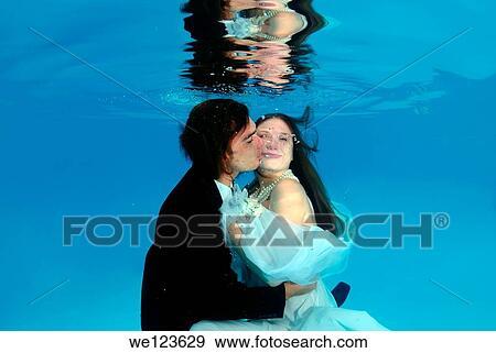 stock fotograf brautpaar unterwasserwelt wedding in teich we123629 suche stock. Black Bedroom Furniture Sets. Home Design Ideas