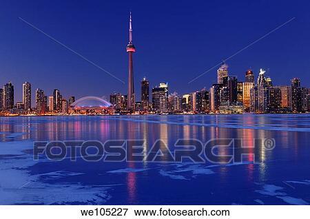congelado hielo cubierto lago ontario reflejar el luces de toronto perfil de ciudad en anochecer