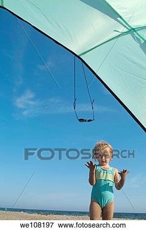 image petite fille jouer sous a parasol plage. Black Bedroom Furniture Sets. Home Design Ideas