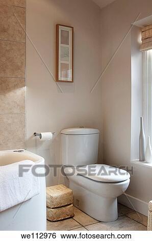 Stock afbeeldingen toilet en rand van bad in een hippe badkamer we112976 zoek - Foto in een bad ...