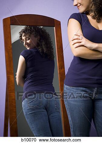 Banques de photographies jeune femme regarder elle for Regard dans le miroir