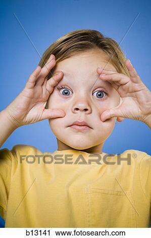Stock fotografie jongen met blauwe ogen vervaardiging grappig gezicht b13141 zoek - Ogen grappig ...