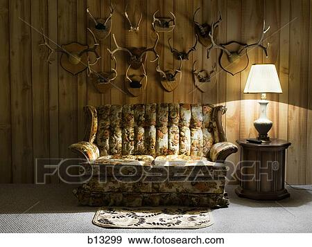stock fotograf sofa mit lampe und geweih b13299. Black Bedroom Furniture Sets. Home Design Ideas