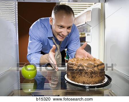 Stock fotografie mann in kuhlschrank mit gruner for Grüner kühlschrank