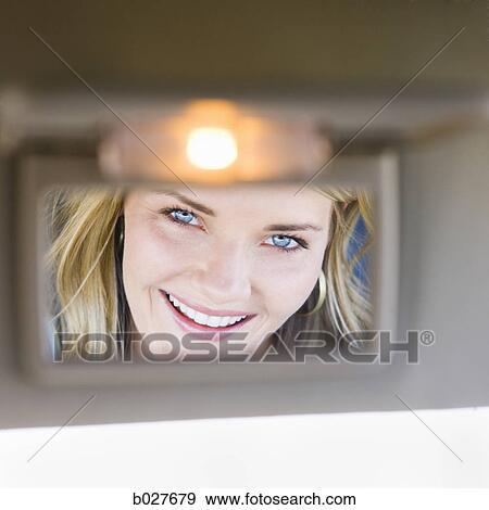 Banque de photographies femme regarde dans visi re for Regarde toi dans un miroir