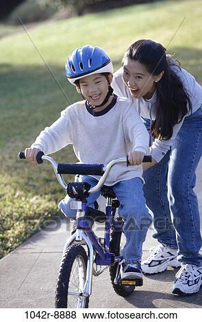 Immagini persone asiatico madre bicicletta casco for Bicicletta per tre persone