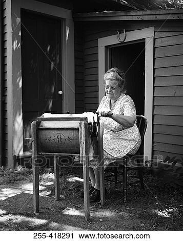 banques de photographies femme utilisation antiquit machine laver 255 418291. Black Bedroom Furniture Sets. Home Design Ideas
