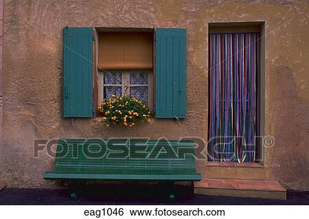 Archivio di immagini verde panca sotto finestra con - Panca sotto finestra ...