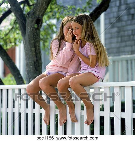 Deux filles nues ensemble