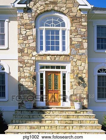 stock foto vorderer eingang von elegante haus mit stein fassade und steps. Black Bedroom Furniture Sets. Home Design Ideas